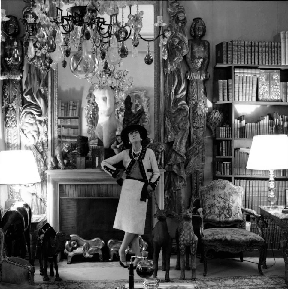 Gabrielle Chanel dans son appartement de la rue Cambon