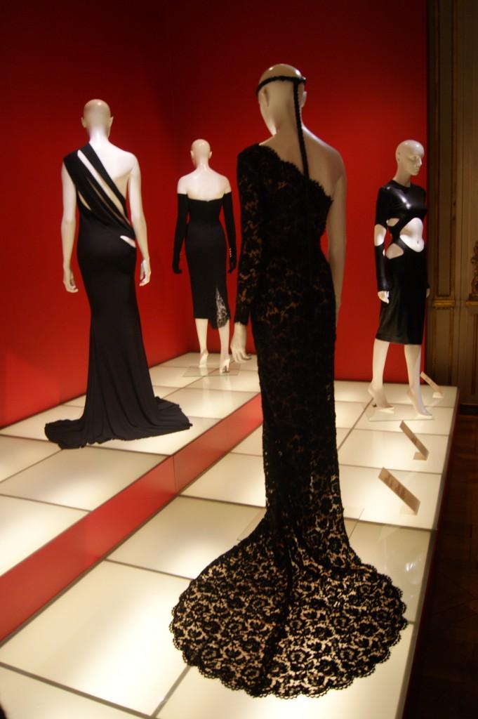 Stella Mccartney. robe du soir en dentelle rebrodée avec entre-deux transparents aux épaules, hiver 2011. portée par Rihanna au gala de l'institut du costume du Metropolitan Museum of Art