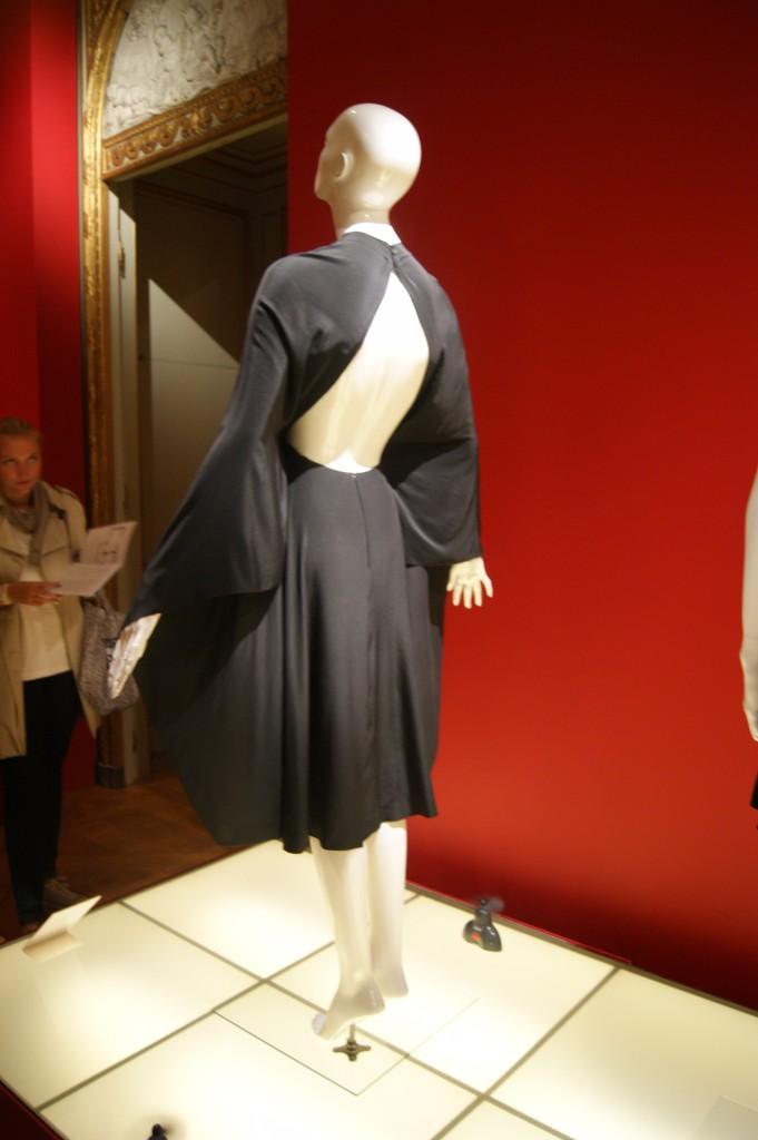 Madame Grès, robe du soir en crêpe de Chine en soie collection automne-hiver 1977