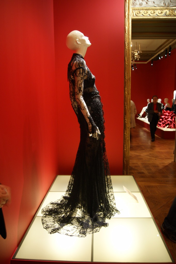 Tom Ford, robe en dentelle de Chantilly et cascade de perles en jais collection automne-hiver 2011