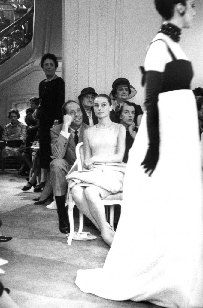 Audrey HEPBURN ET Mel FERRER à un défilé Dior, Paris, 1959_Tirage argentique, signé_Marc Riboud-Galerie Arcturus