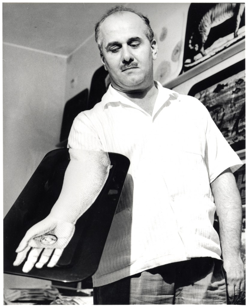 Piero-Fornasetti-con-vassoio