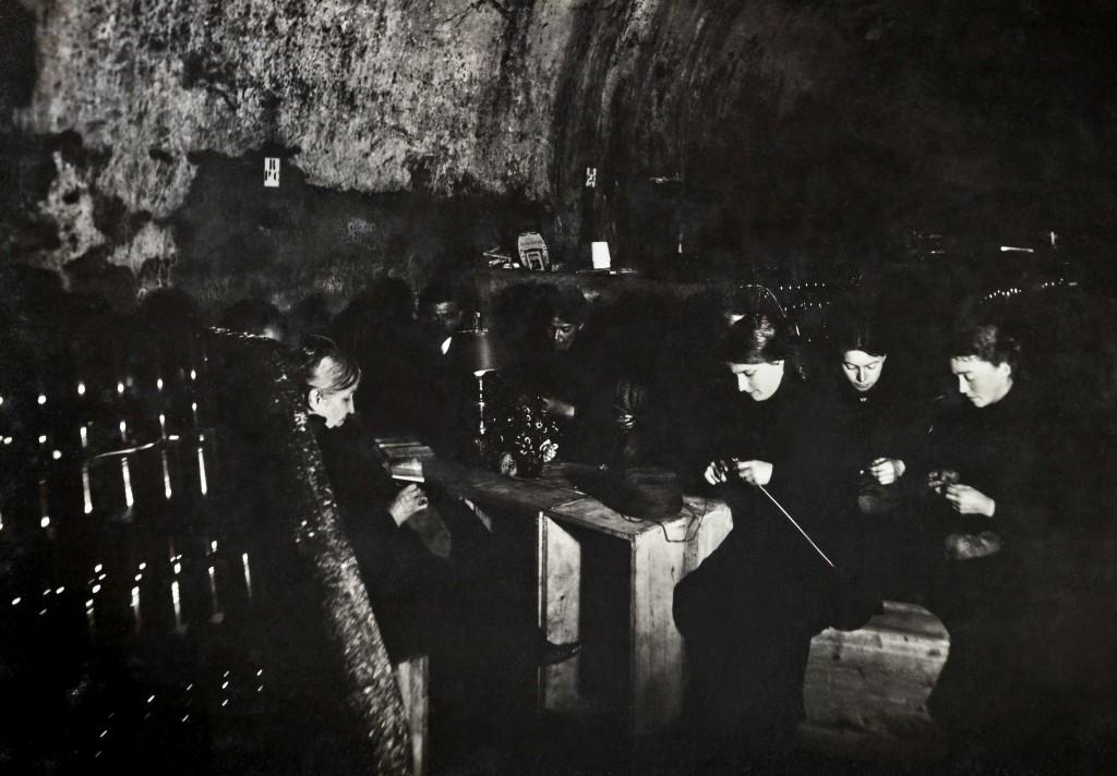 1915_cellars_women_knitting