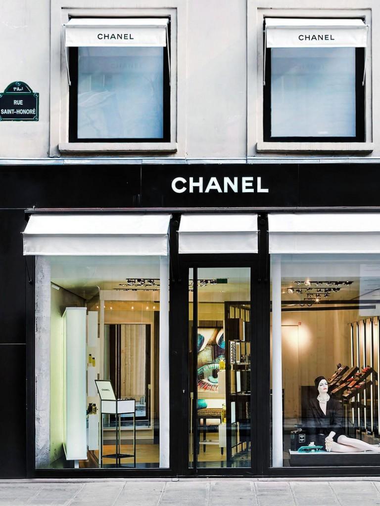 Chanel-dans-la-boutique-rue-Saint-Honore