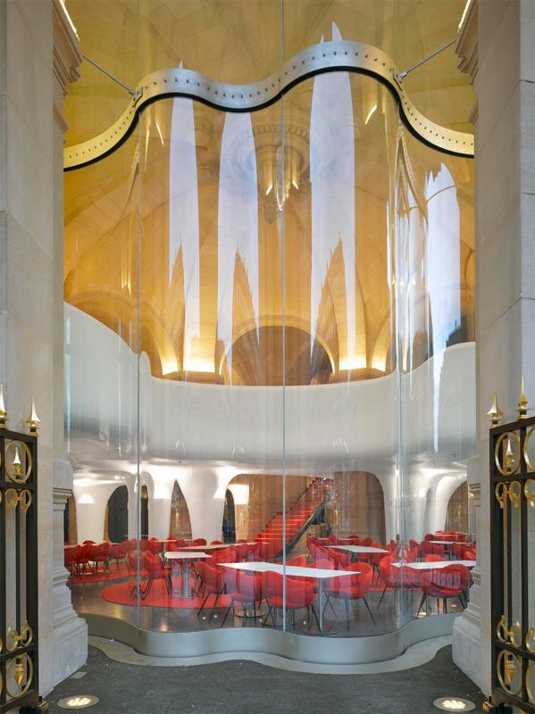 Vitre ondulée de la façade de L'Opéra Restaurant Crédit photo Roland Halbe 146Ko Jpeg