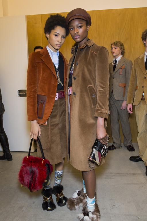 backstage-defile-prada-automne-hiver-2017-2018-milan-coulisses-121