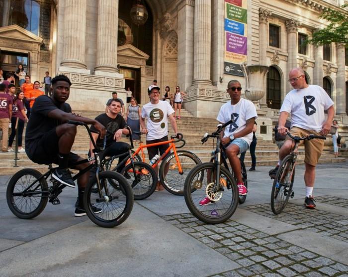 G-Star Raw et Pharell Williams inaugurent à vélo un flagship sur la 5e Avenue