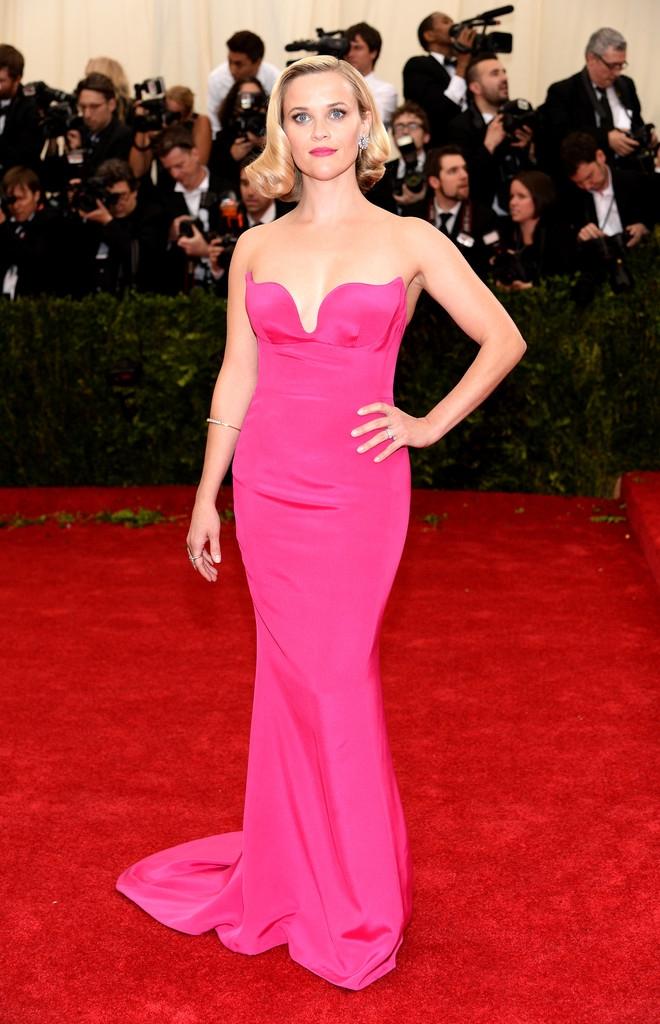 Reese Witherspoon dans une robe longue bustier flashy de couleur rose avec une traîne